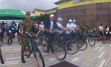 Personal del Batallón Ayacucho Pedaleo para llevar a los manizalitas diversos mensajes de ciudad y cultura ciudadana.