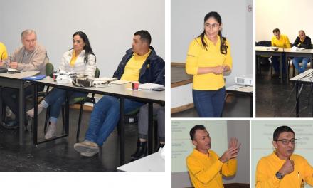 DIRECCIÓN Y SERVICIO DE EXTENSIÓN DEFINEN ESTRATEGIAS POR DISTRITO Equipo de camisetas amarillas, comprometido con los caficultores