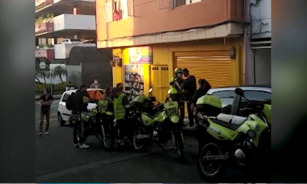 POLICIA  RESCATA GATO EN VIA PUBLICA