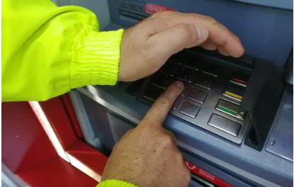 La Secretaría de Gobierno y el grupo de investigación criminal de la Policía Metropolitana realizaron ayer una campaña de sensibilización en el Centro de Manizales para que los ciudadanos no sufran robos en cajeros automáticos y delitos informáticos.